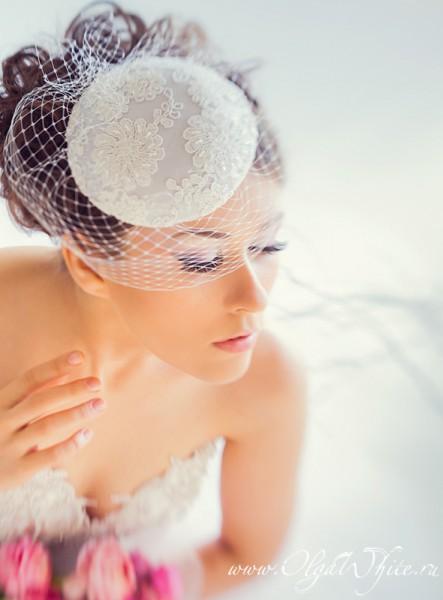 Свадебная кипельно-белая шляпка-таблетка с кружевом и вуалью