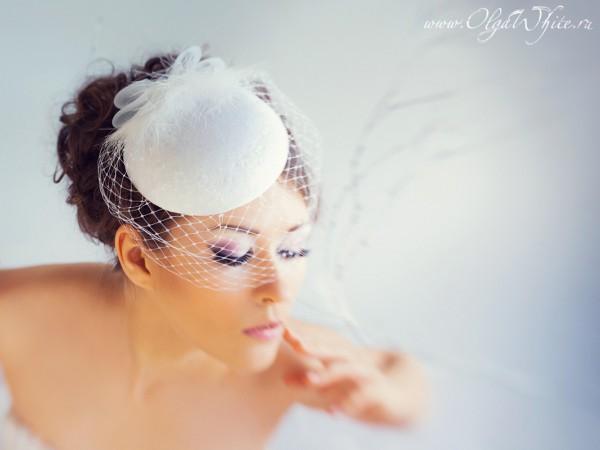 Свадебная кипельно-белая шляпка-таблетка с вуалью