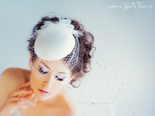 Свадебная белая шляпка-таблетка с вуалью