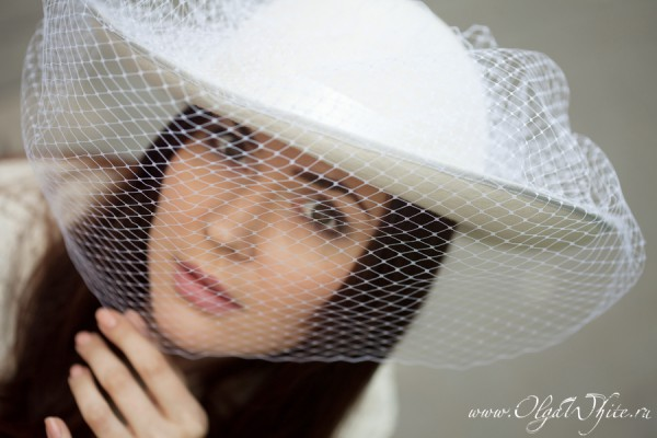 Широкополая свадебная шляпка с вуалью белого цвета