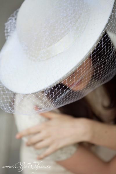 Свадебная широкополая шляпа с вуалью молочно-белого цвета